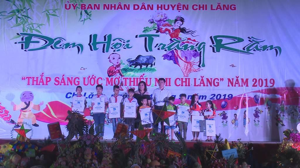 Chủ tịch UBND huyện tặng quà.jpg